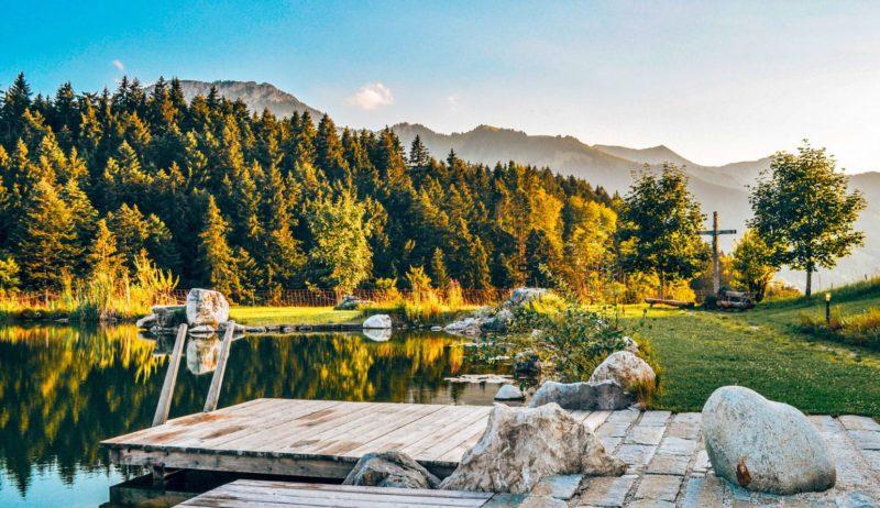 Fantastisch landschap met een meertje voor bergen in her Beierse Oberaudorf