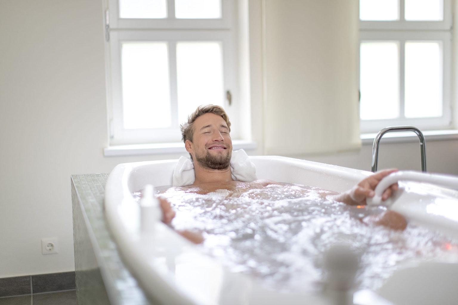 Een man neemt een lekker bad tijdens in wellness-dag in bad Reichenhall