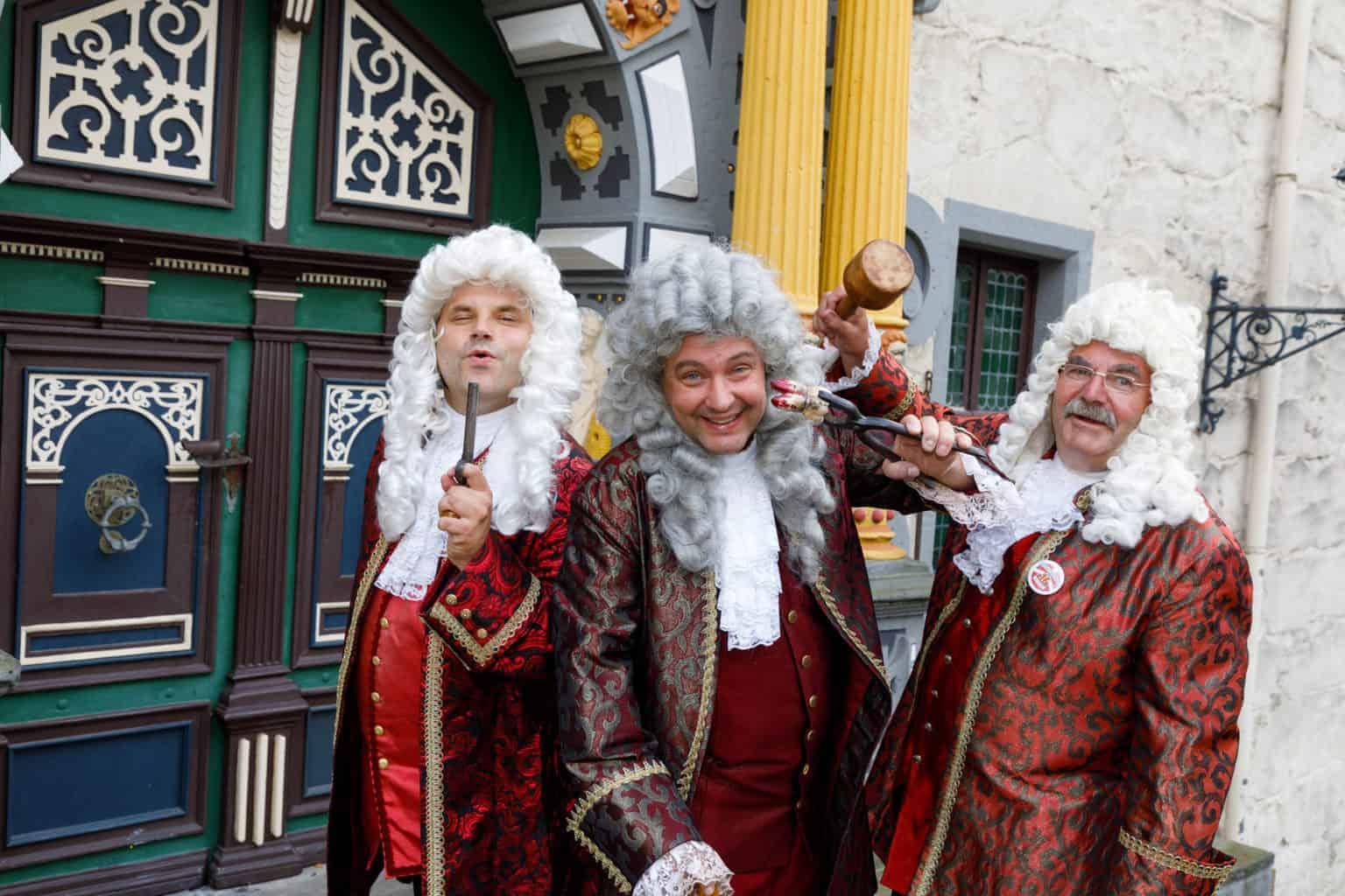 Mannen in barokke costumen wekken herinneringen ter gedachtenis van Dokter Eisenbart