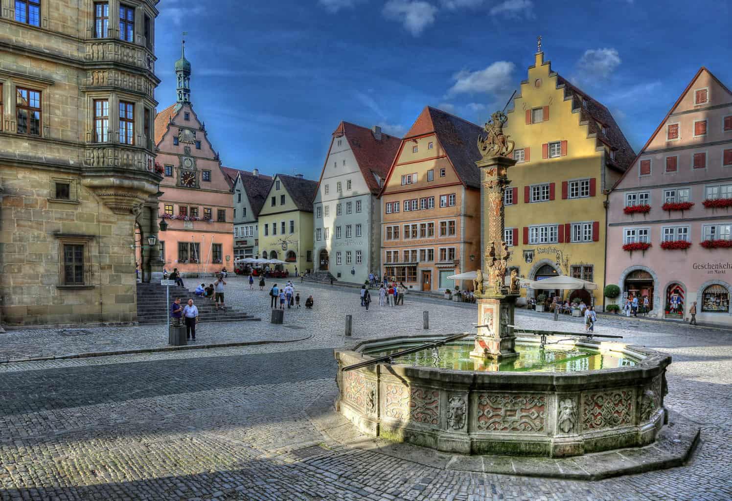 De markt met het stadhuis en een fontein in Rothenburg ob der Tauber