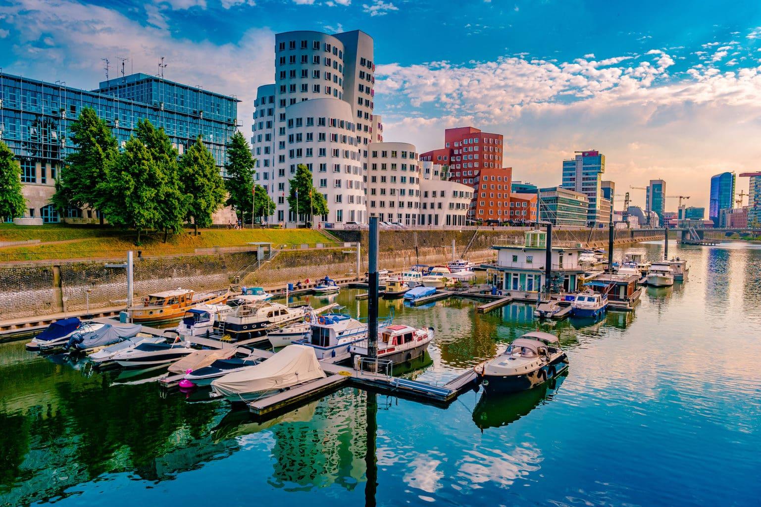 Mediahaven in Duesseldorf met bootjes en moderne buerogebouwen