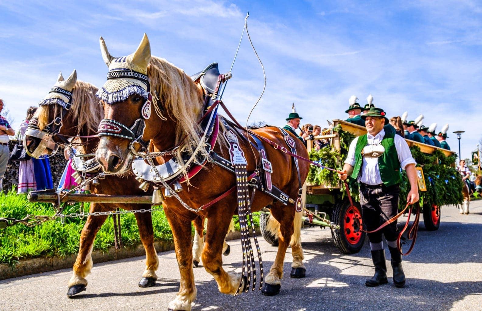 Traditionele optocht met paarden in Beieren