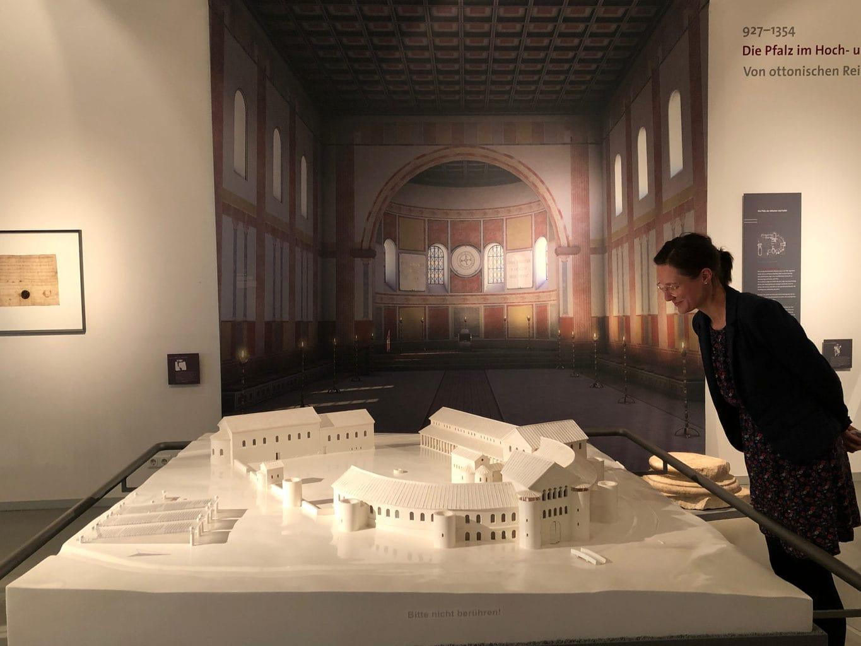Een vrouw kijkt naar een model van de palts in Ingelheim
