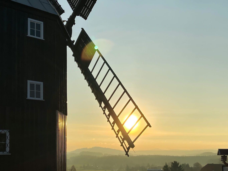 Een molen in het Lausitzer Merenland tijdens de zonondergang echter