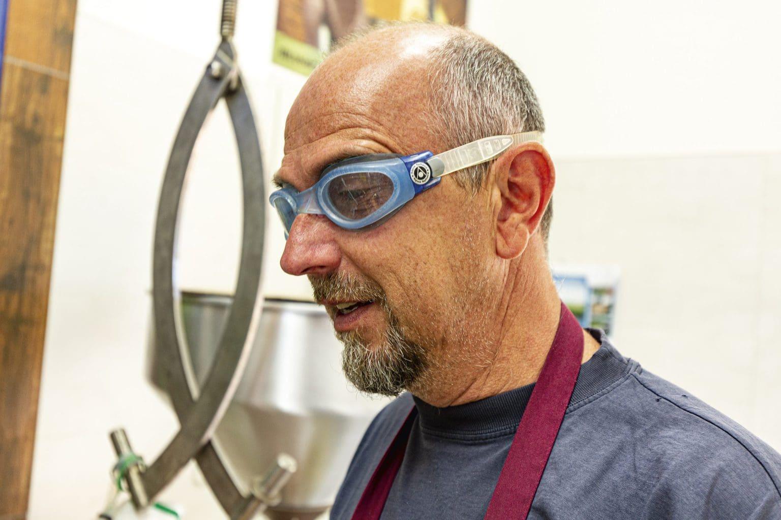 Voordat zijn ogen gaan tranen, zet Michael Kostross bij het malen van de scherpe zwarte mosterd liever een bril op