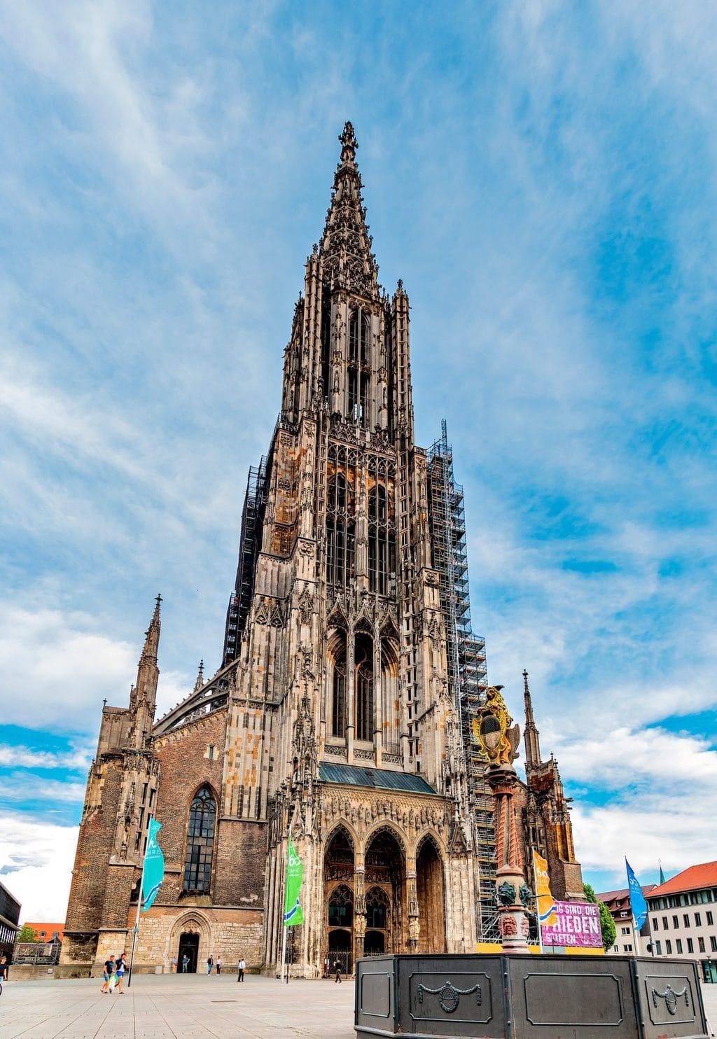 Het Münster van Ulm met de indrukwekkende toren tijdens het wandelen in Baden-Württemberg