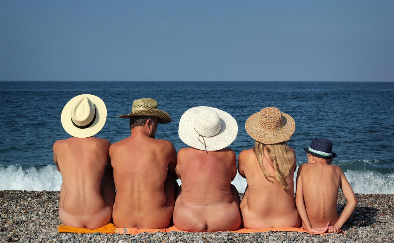 Een naakte familie op een strand in Duitsland