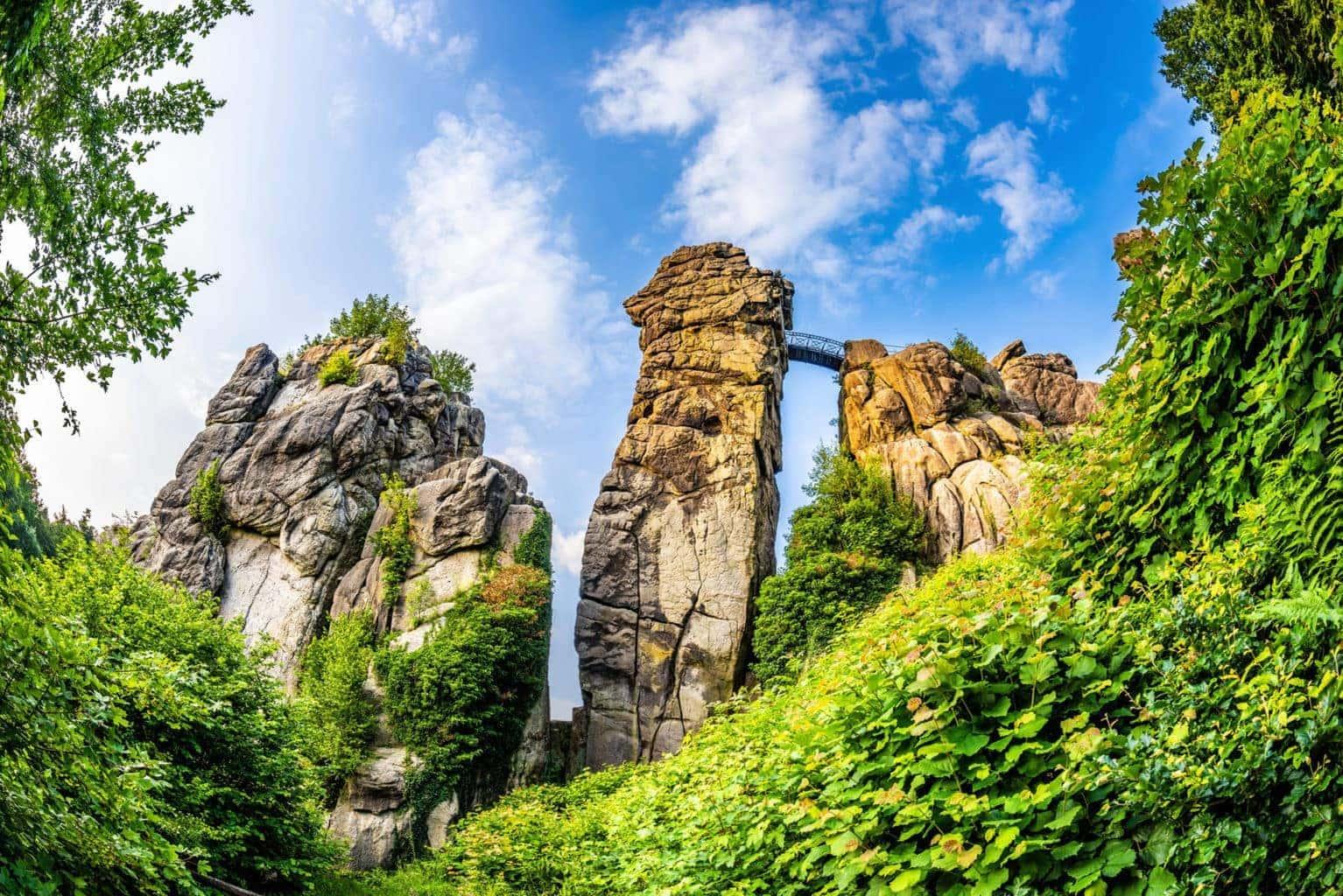 De Externsteine in het Teutoburger Woud tijdens de zomer