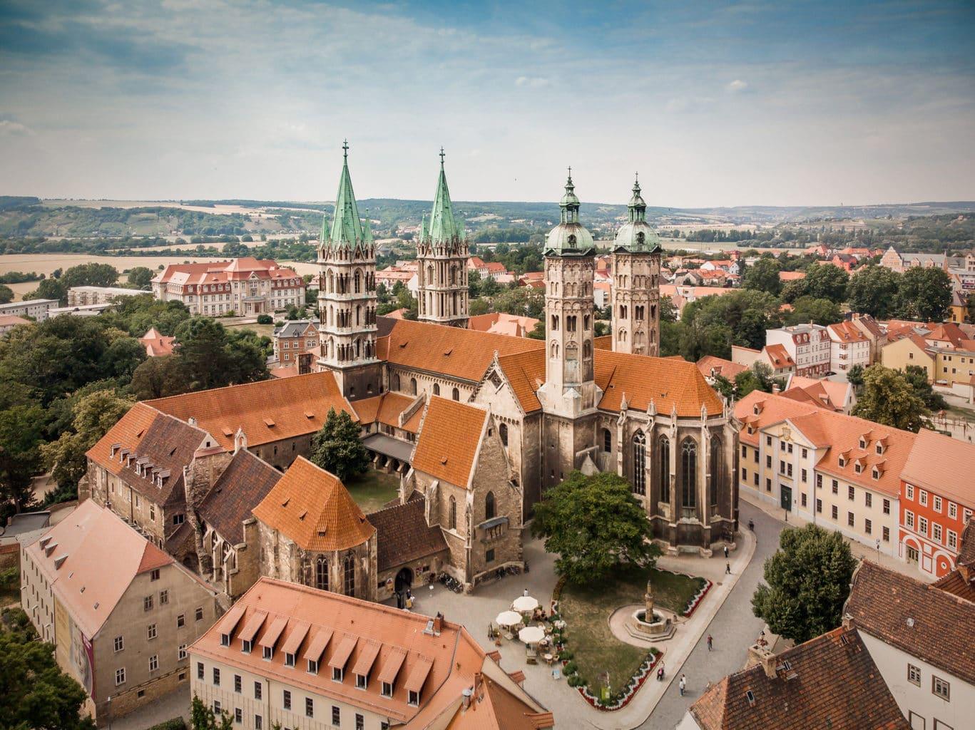 Luchtopname van wereldcultuurerfgoed Naumburger Dom in Saale-Unstrut in Oost-Duitsland
