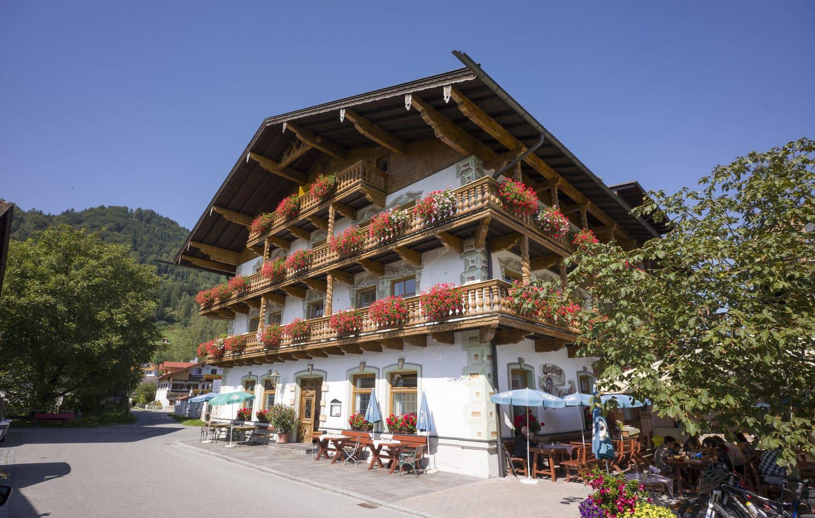 Hotel Keindl in het Beierse Niederaudorf oogt als een prettige vakantiebestemming met bloemen op het balkon