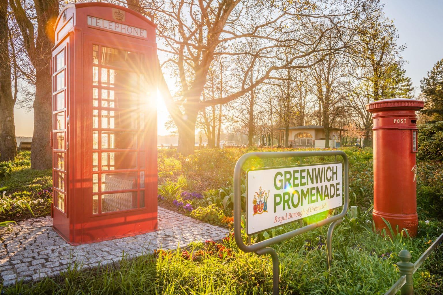 Een oude Britse telefooncel aan de Greenwichpromenade in Berlijn