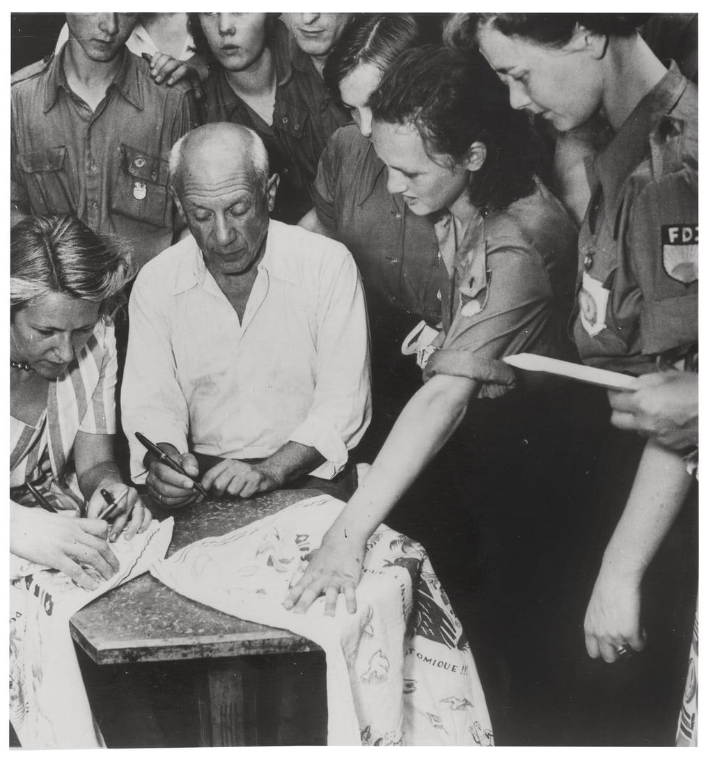 Picasso signeert werken voor leden van de FDJ