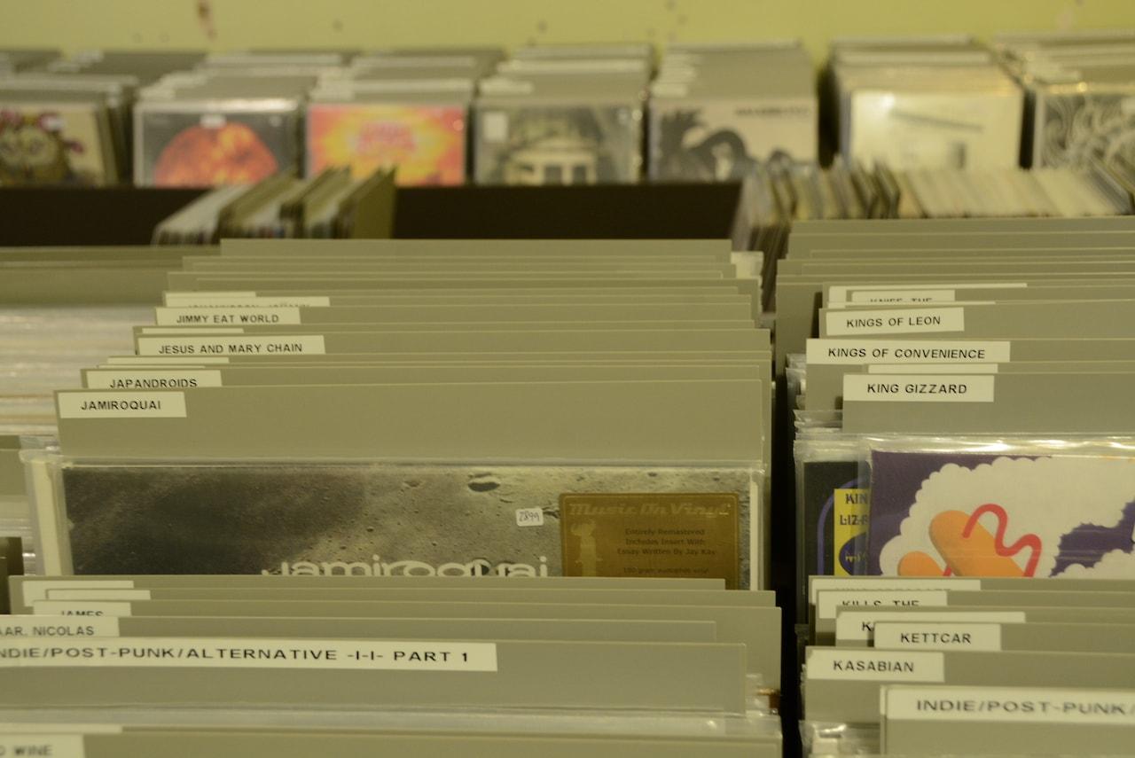 Rekken met vinyl bij Underdog Records in Keulen