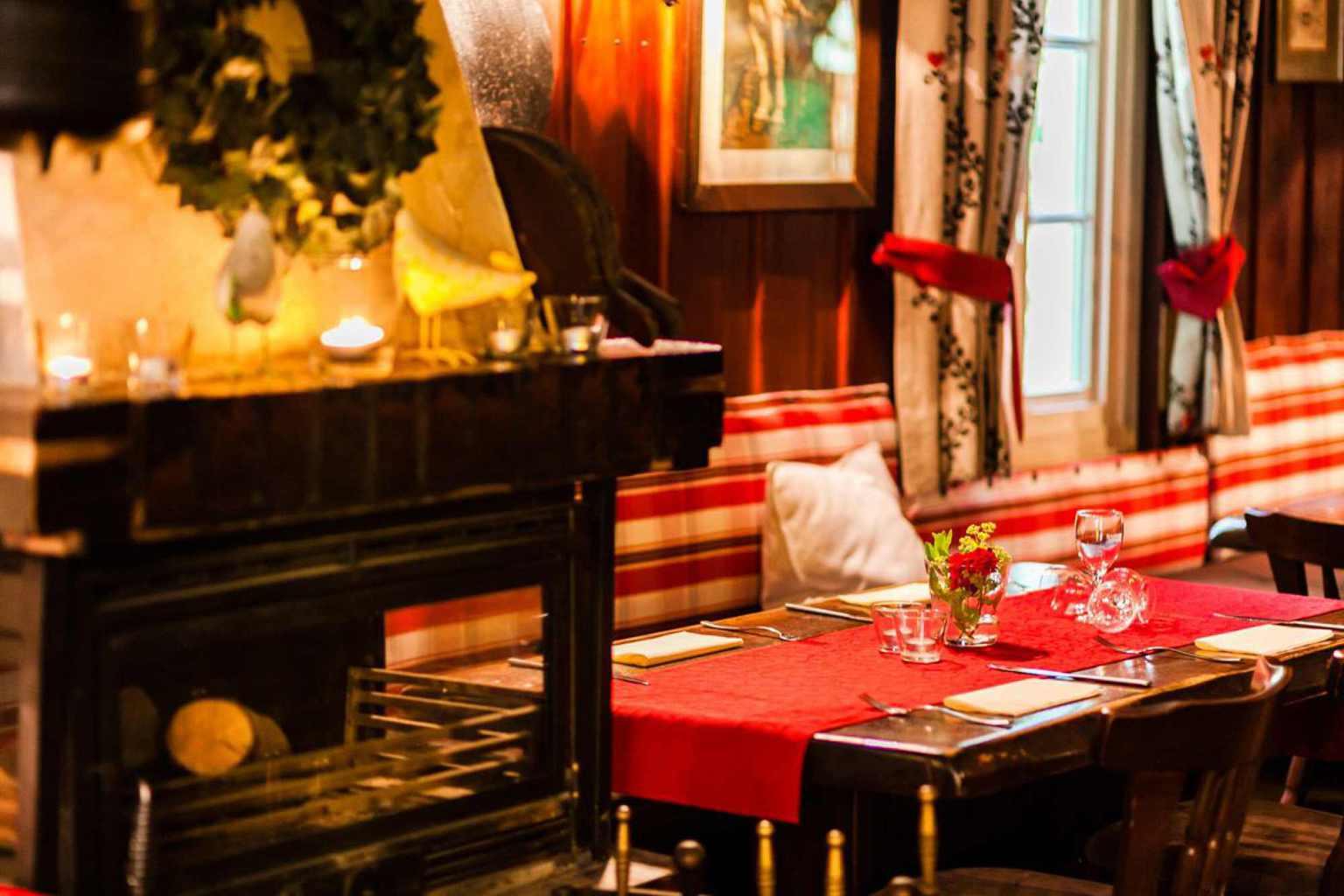 Gedekte tafel in een gezellige zaal van restaurant Rausmühle in het Bergische Land