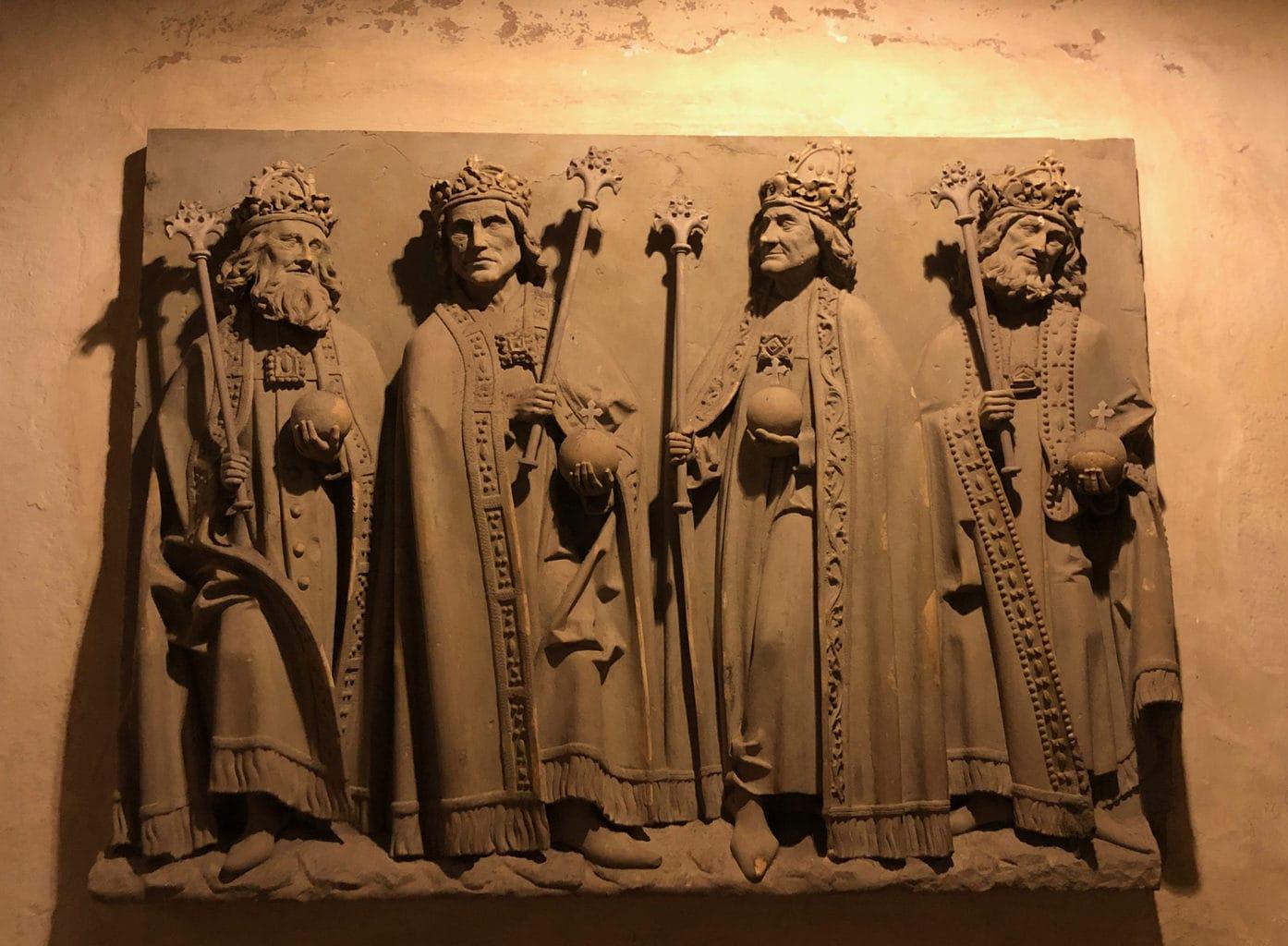 Een relief van de grote keizers in de dom van Speyer