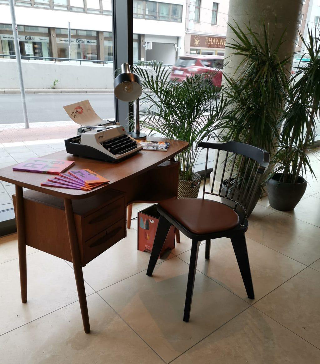 Een klein bureautje in Henri Hotel Duesseldorf met schrijfmachine