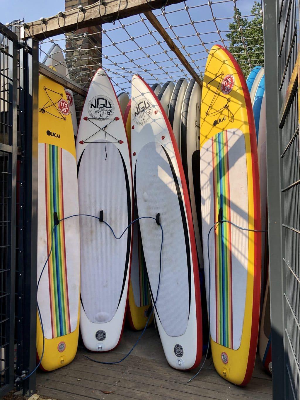 SUP-boards staan in hun opslag
