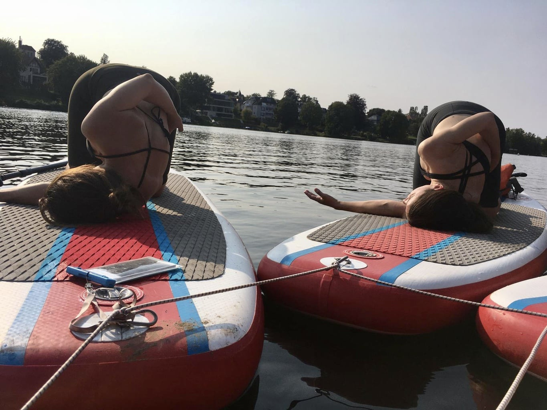 SUPpers tijdens hun yoga oefeningen op het Greibnitzmeer