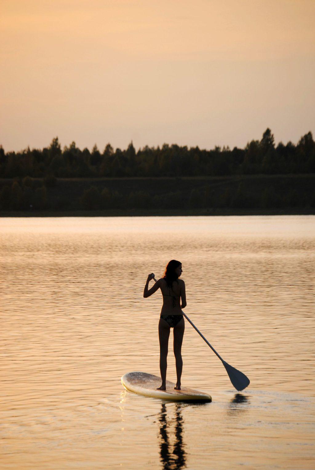 Een vrouw op een stand-up-paddle-board in de buurt van Leipzig