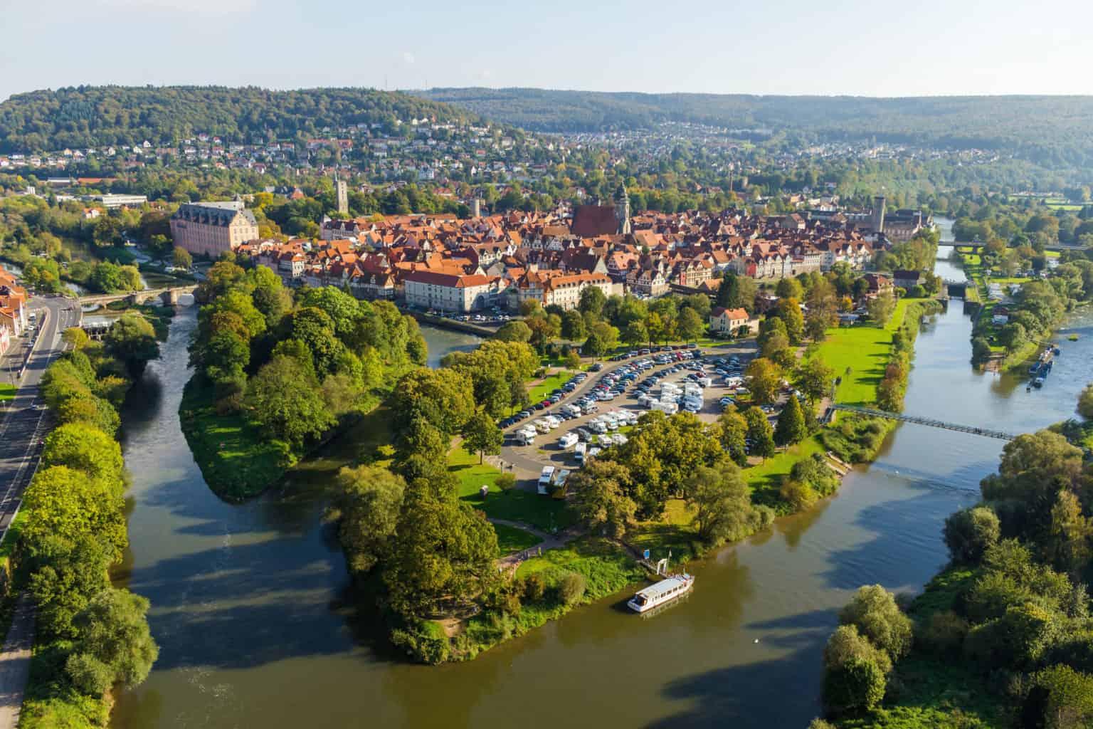 De samenloop van Werra en Fulda bei het stadje Hann. Münden in Nedersaksen