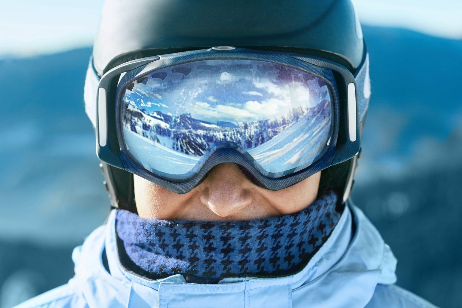 Winterlandschap spiegelt in een skibril van een skieer in de Duitse Alpen
