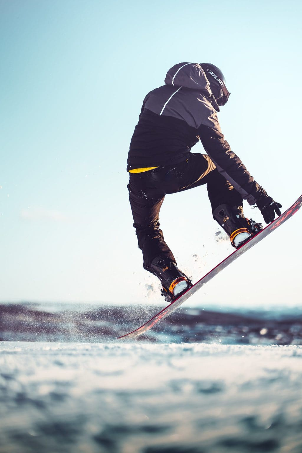 Een snowboarder in actie op een Duitse skipiste in de coronawinter