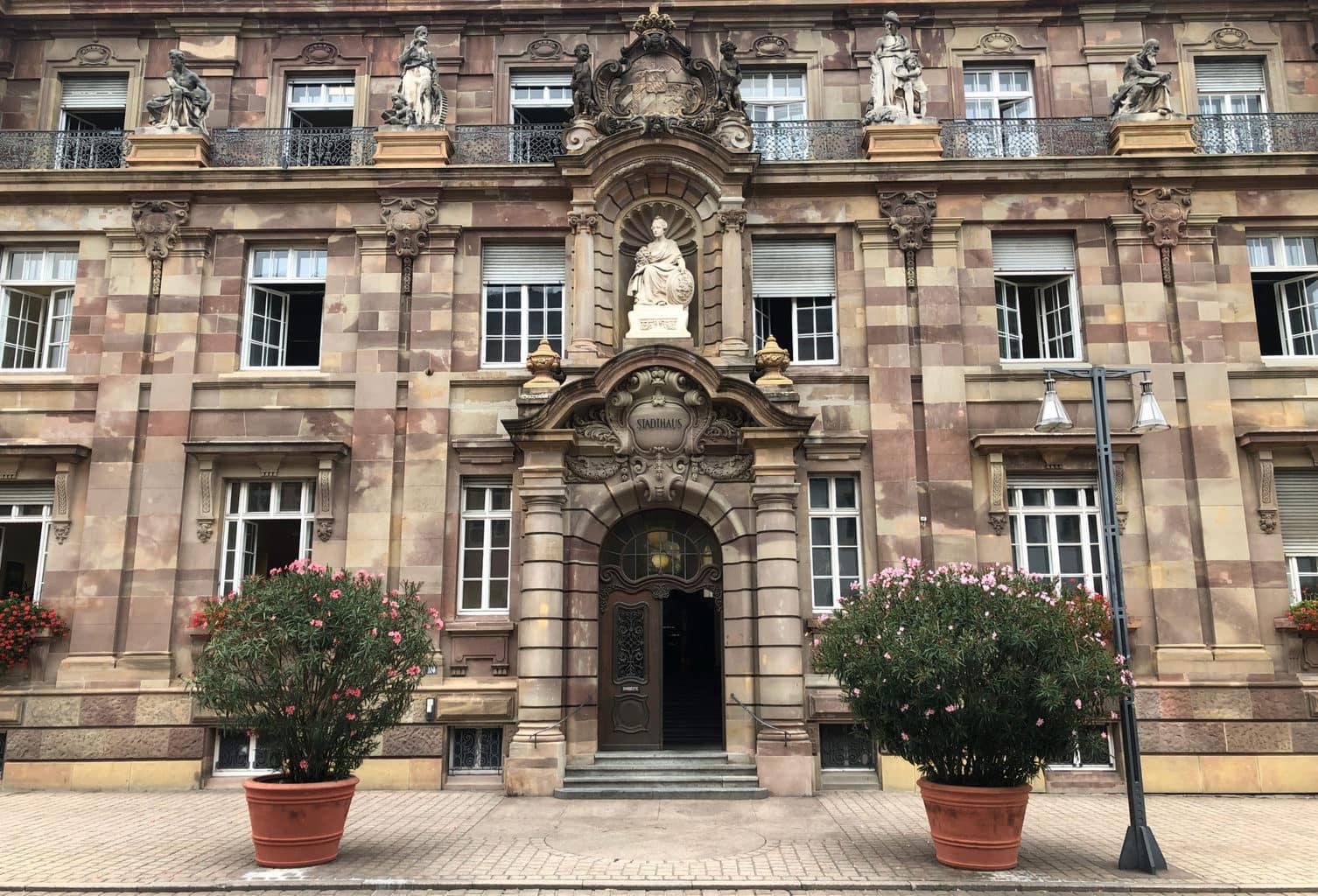 Het stadhuis van Speyer met enorm grote oleanders