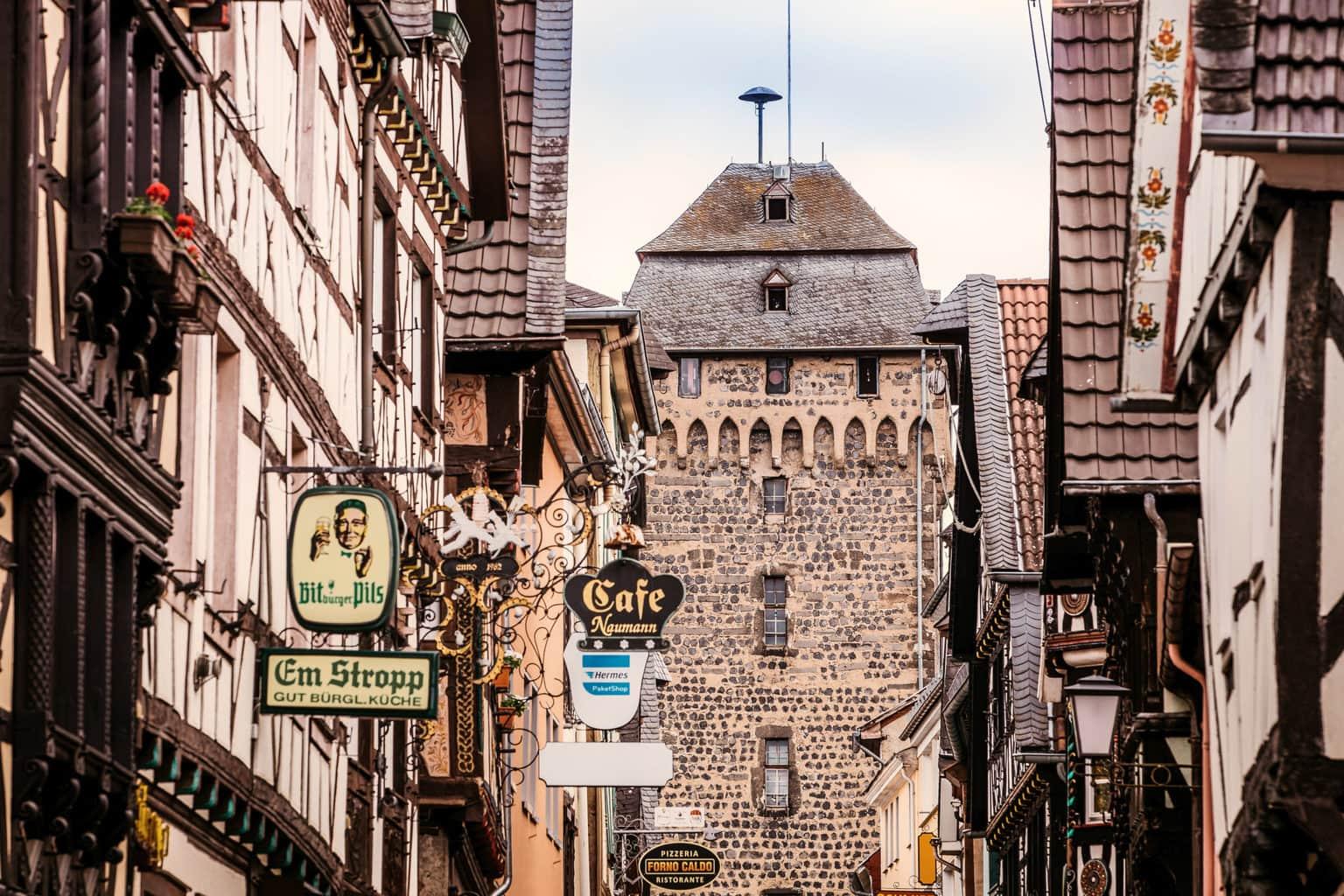 Stadspoort en cafés in Linz