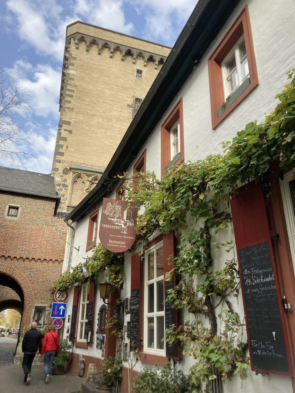 Stadspoort en restaurant in Sons am Rhein