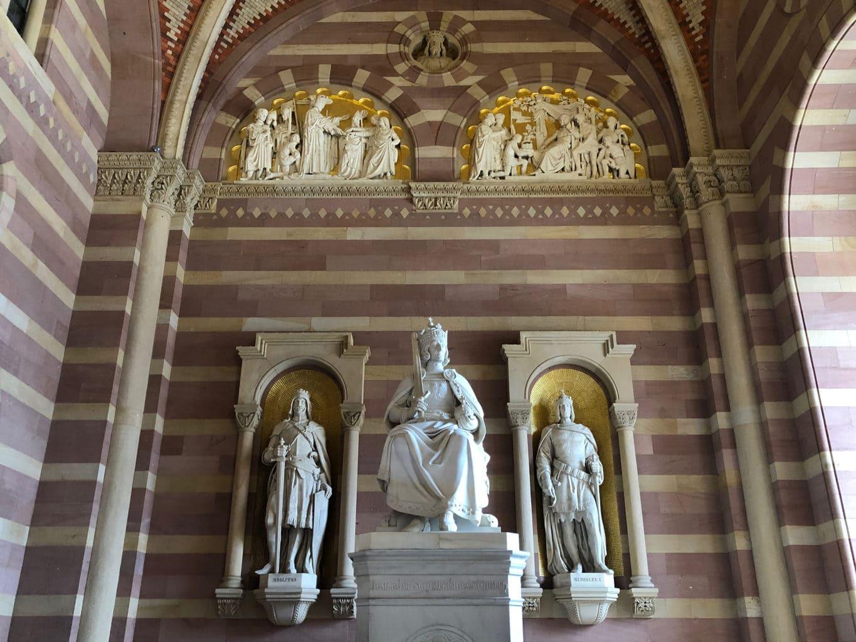 Standbeelden van de grote keizers in de dom van Speyer