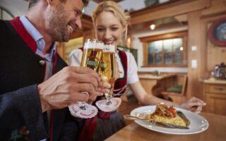 Een stel geniet van lekker bier en eten met Slow Food in Baden-Württemberg