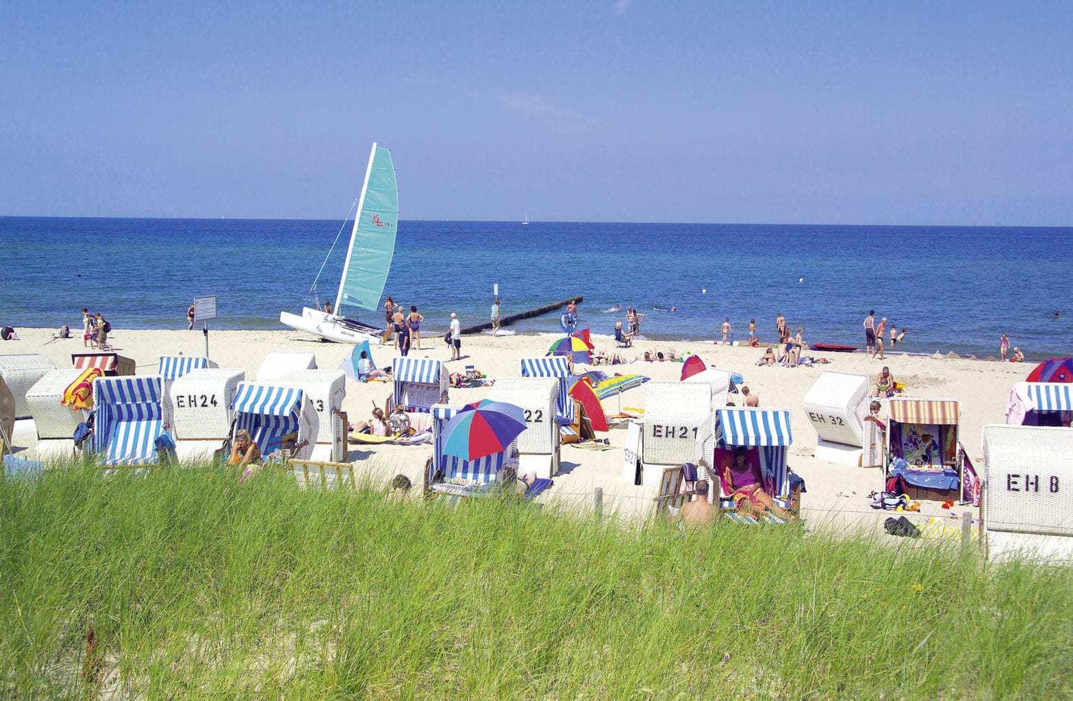 Strandkorven en surfers in het Duitse badplaatsje Külungsborn