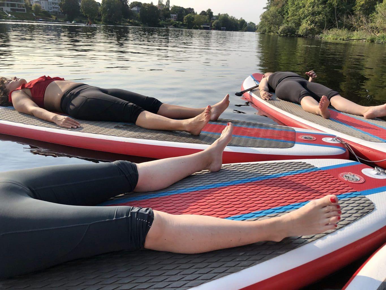 Vrouwen ontspannen op hun SUP-board in de buurt van Berlijn