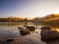 De oevers van de Tegernsee met een herfstachtige stemming