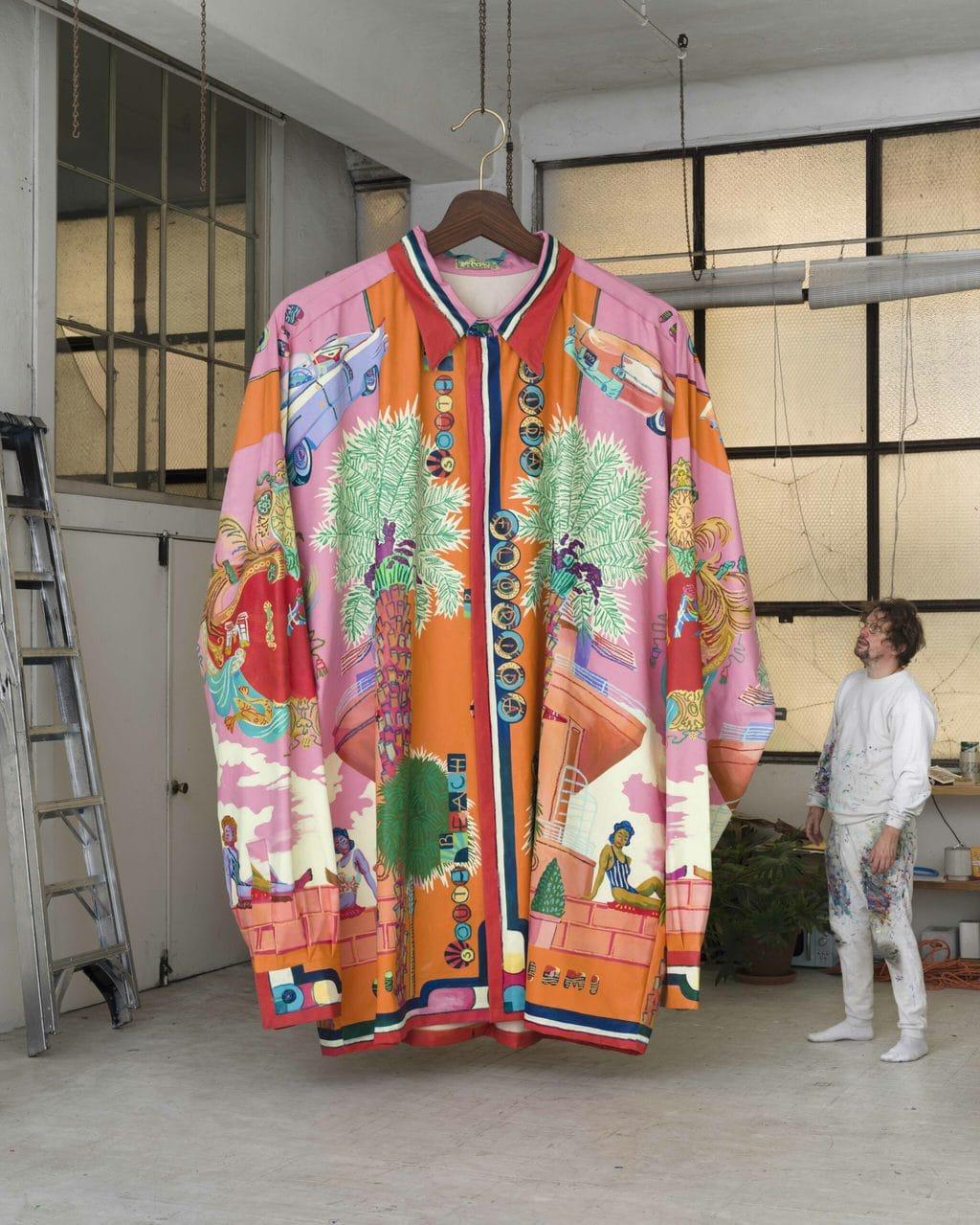 Een overgrote jack in Versace design in de tentoonstelling Look in museum Marta te Herford