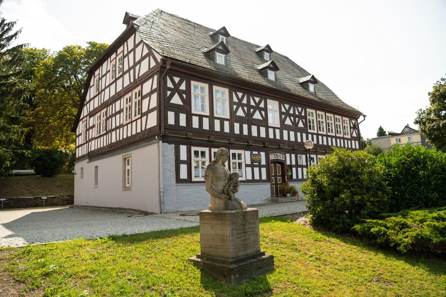 De Olitätenstube in het Thüringer Woud is een mooi vakwerkhuis