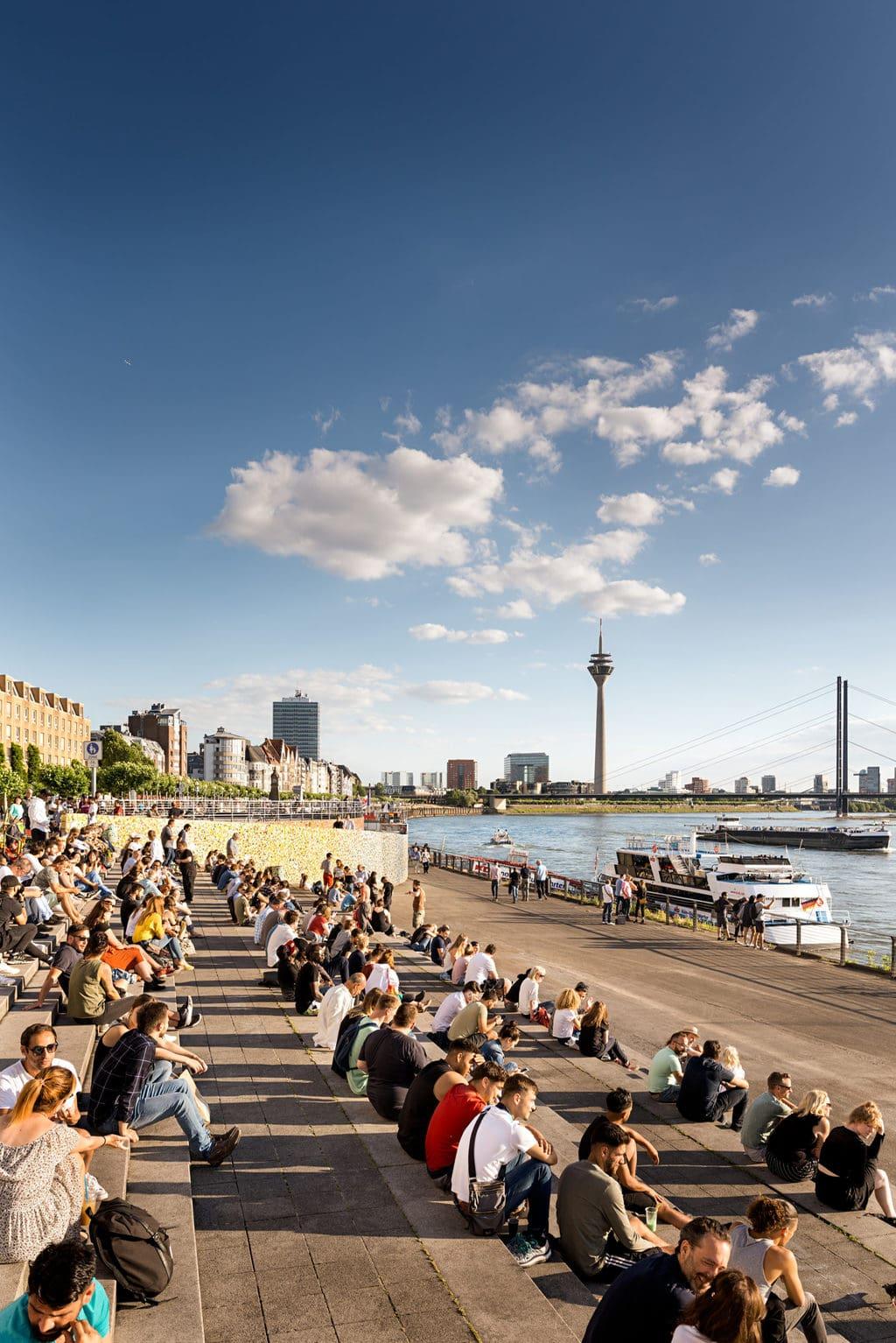 Aan het oever van de Rijn in Düsseldorf is heerlijk toeven