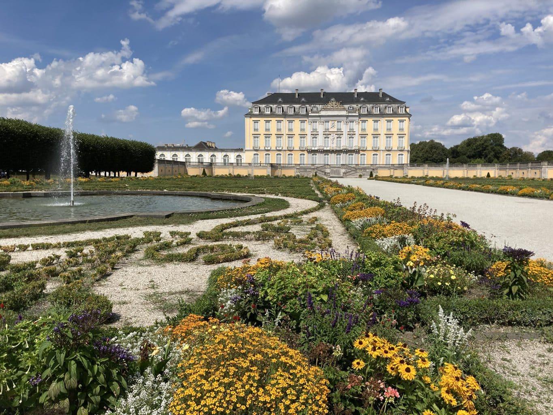 De kasteeltuin van Schloss Brühl met een fontein
