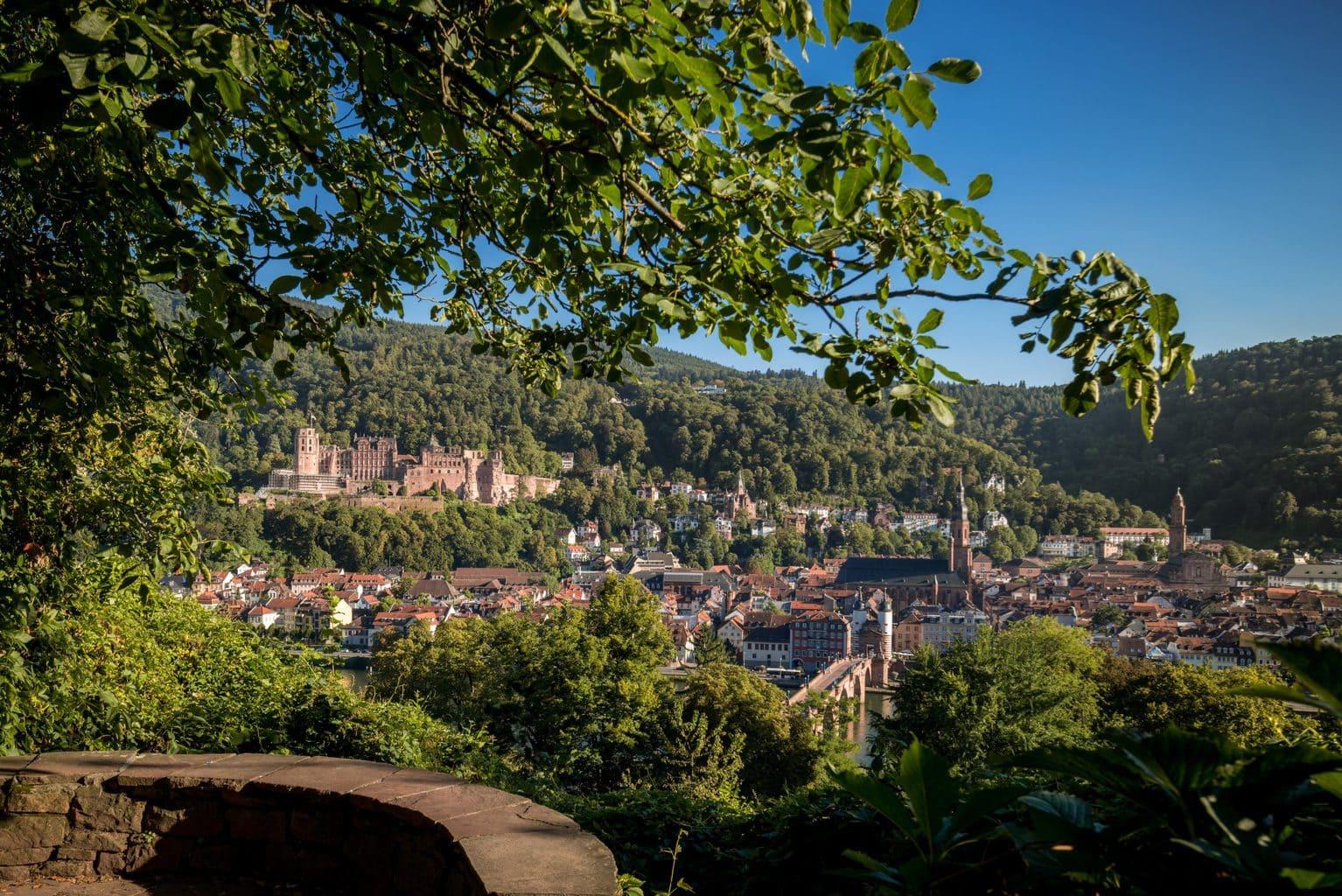 Uitzicht op de kasteelruïne van Heidelberg na een wandeling door de stad