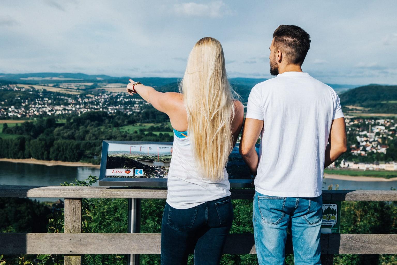 Verliefd stel geniet van het uitzicht op Linz en de Rijn