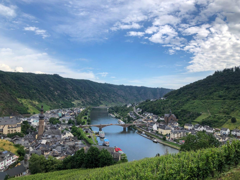 Uitzicht op de moezel met wijnbergen vanaf Rijksburcht Coburg