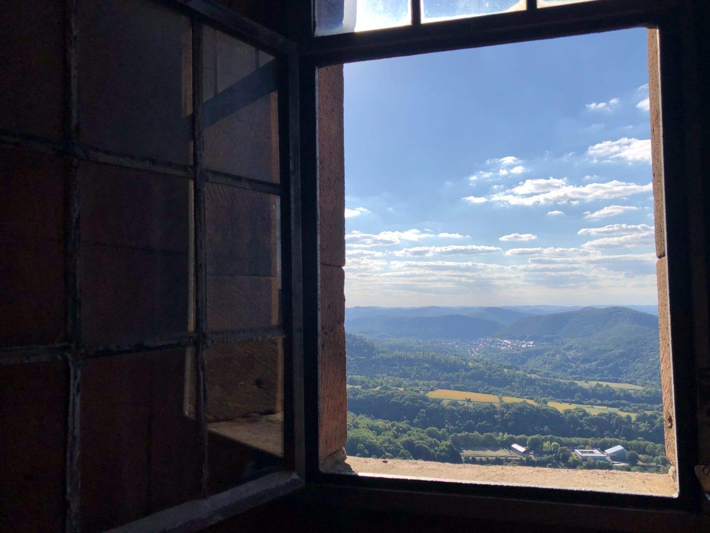 Uitzicht van Rijksburcht Trifels op de groene heuvels van de Palts