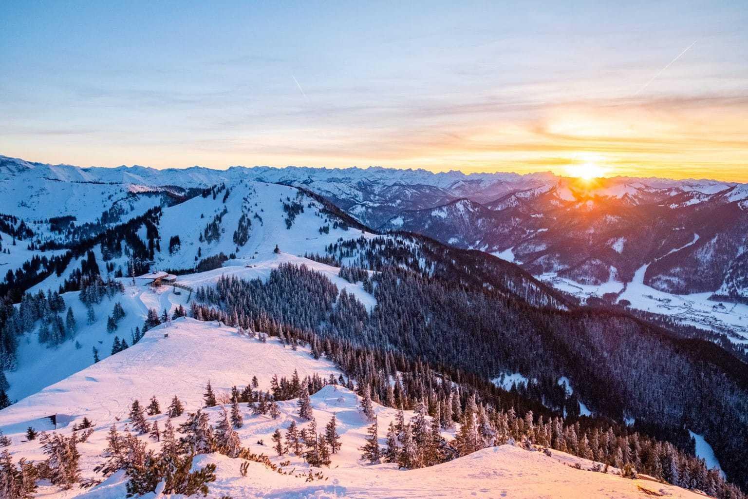 Zonsondergang boven de Alpen aan de Tegernsee in Beieren