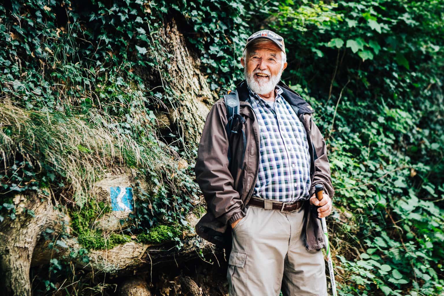 Een gelukkige wandelaar beleeft een goed tijd in Linz am Rhein
