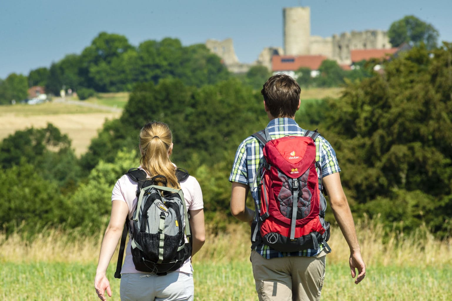 Wandelaars op weg naar de burchtruine van Neumarkt