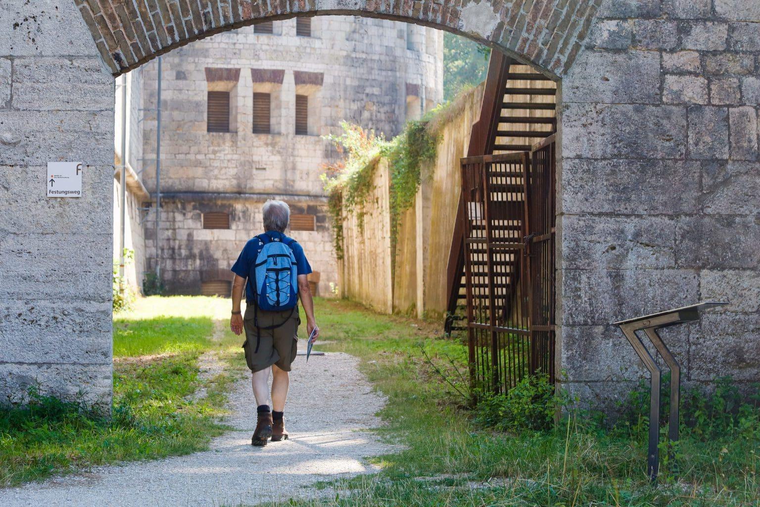 Een wandelaar bij de Wilhelmsburg in Ulm tijdens het Urban Hiking