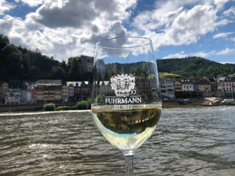 Wijnproeverij aan de oever van de Moezel in Cochem