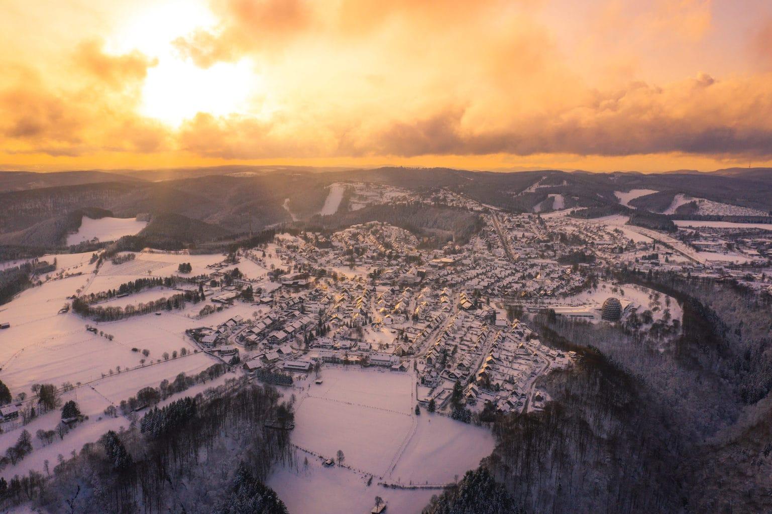 Dramatisch winterlandschap met pistes in Winterberg in het Sauerland