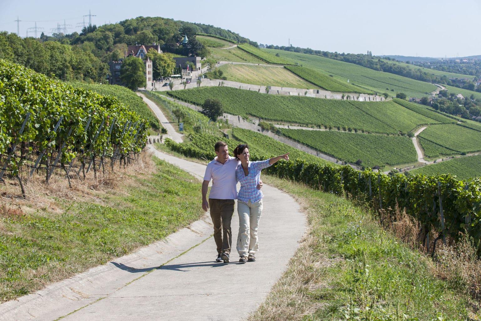 Een stel wandelt door de wijnbergen in Franken