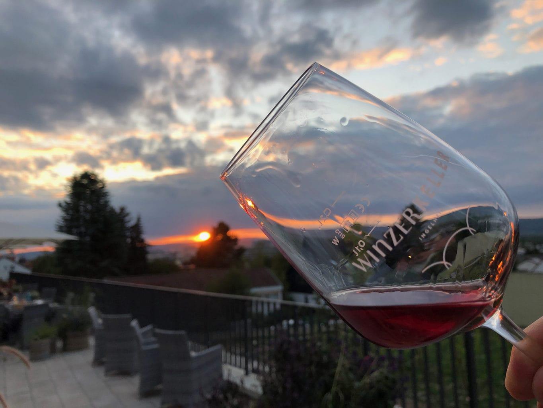 Wijnglas met Fruehburger in het plaatsje Ingelheim aan de Rijn